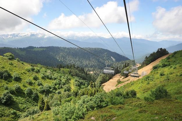 Vista das montanhas do cáucaso a partir dos assentos abertos do teleférico no summe Foto Premium