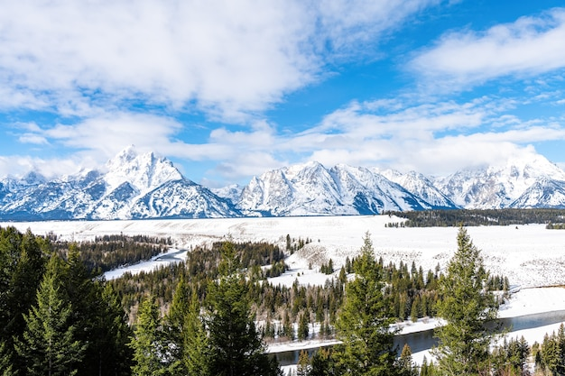 Vista das montanhas no rio snake com neve e frio no parque nacional grand teton, wyoming Foto Premium