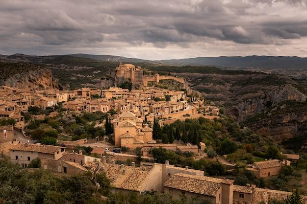 Vista de alquezar, uma das cidades mais bonitas do país, na província de huesca, aragão, espanha. Foto Premium