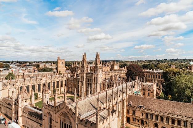 Vista de alto ângulo da high street da cidade de oxford, reino unido Foto Premium