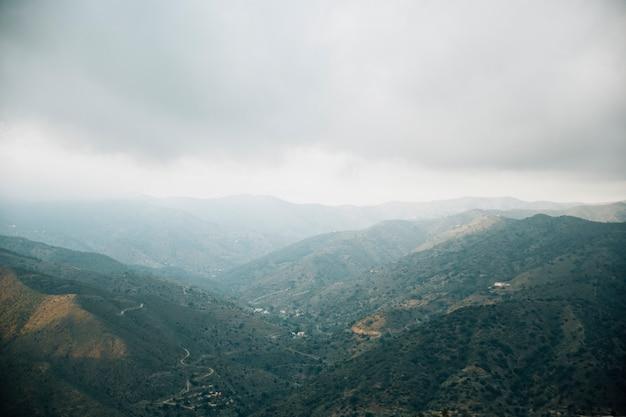 Vista de alto ângulo da paisagem cênica montanha Foto gratuita