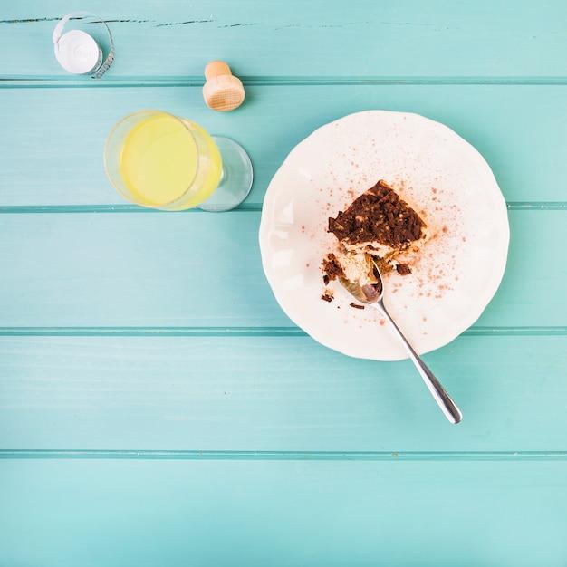 Vista de alto ângulo de pastelaria e bebida em fundo de madeira Foto gratuita
