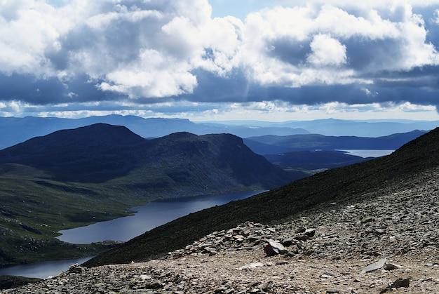 Vista de alto ângulo de uma bela paisagem em tuddal gaustatoppen, noruega Foto gratuita