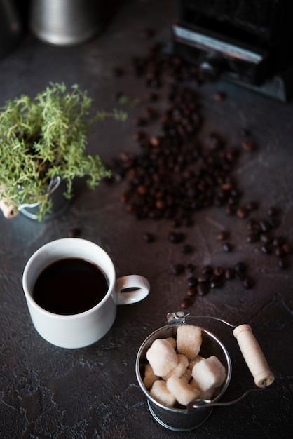 Vista de alto ângulo xícara de café com cubos de açúcar Foto gratuita