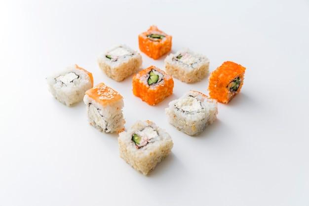 Vista de ângulo arranjado rolos de sushi Foto gratuita