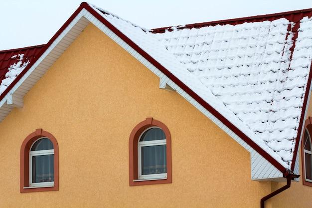 Vista de ângulo baixo dos andares superiores de uma nova casa grande Foto Premium