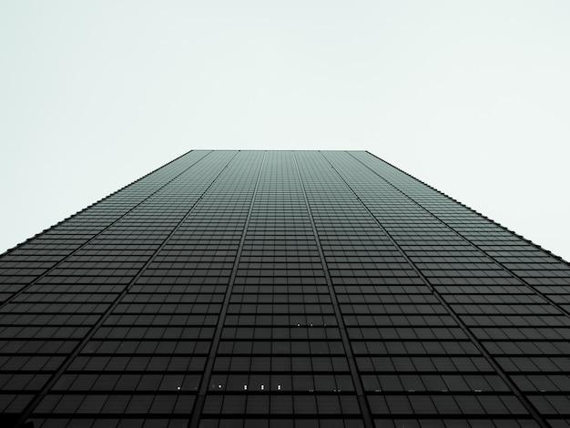 Vista de ângulo baixo no arranha-céu Foto Premium
