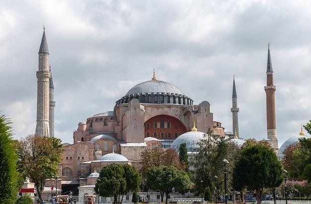 Vista de aya (hagia) sophia em um wethaer nublado do parque sultanahmet em istambul, turquia Foto Premium