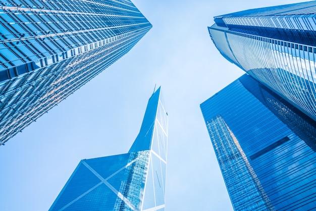 Vista de baixo de arranha-céus de negócios Foto gratuita