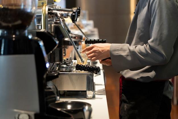 Vista, de, barista, em, a, café, fazer, um, xícara café, com, a, café, brewing, maquinaria Foto Premium