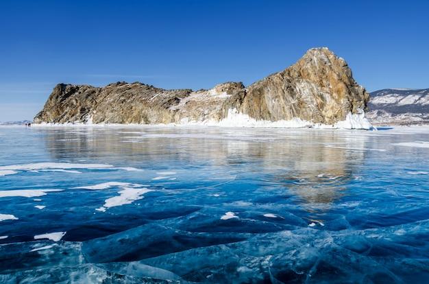 Vista de belos desenhos no gelo de rachaduras e bolhas de gás profundo na superfície do lago baikal no inverno, rússia Foto Premium