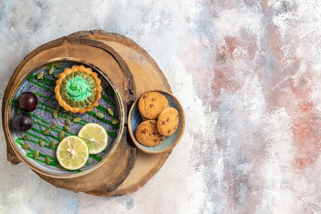 Vista de cima bolinho cremoso com frutas Foto gratuita