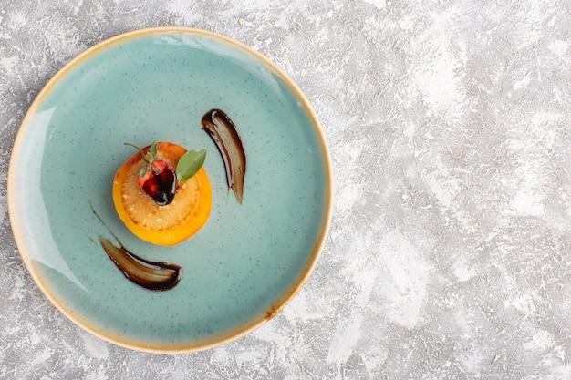 Vista de cima bolinhos de bolacha dentro de um prato azul na mesa de luz, bolo, biscoito, açúcar, massa doce, assar Foto gratuita