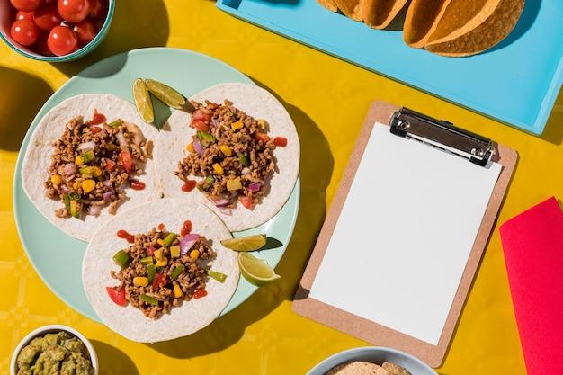 Vista de cima comida mexicana no prato Foto gratuita