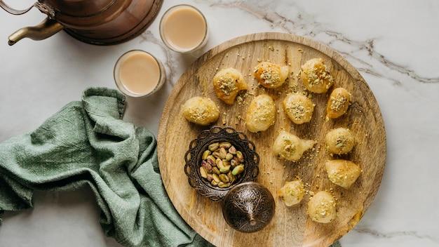 Vista de cima da comida do paquistanês em uma placa de madeira Foto gratuita