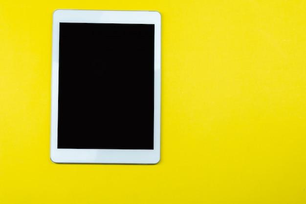 Vista de cima da mesa de mesa de escritório amarelo com um monte de coisas sobre ele. Foto gratuita