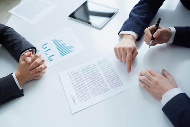 Vista de cima de assinar documentos empresário Foto gratuita