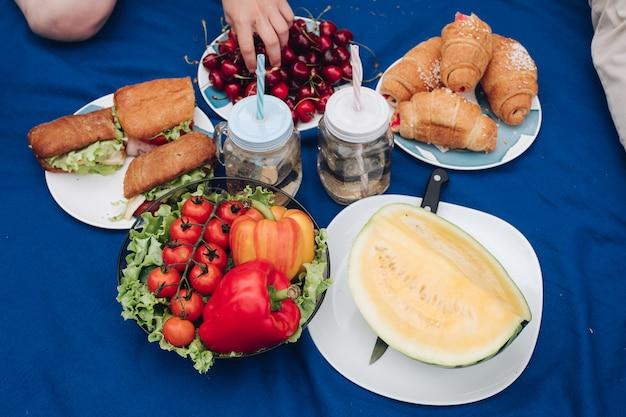Vista de cima de legumes, frutas e sanduíches Foto Premium