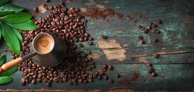 Vista de cima de saboroso café com grãos de café Foto gratuita