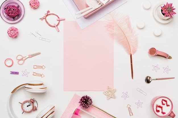 Vista de cima de uma mulher criativa com papel rosa em branco Foto Premium