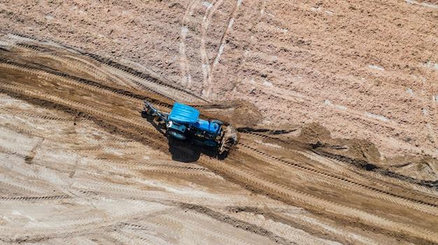 Vista de cima de veículos agrícolas trator trabalhando no campo Foto Premium