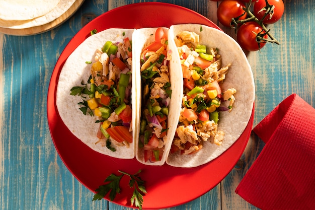 Vista de cima deliciosos tacos no prato vermelho Foto gratuita