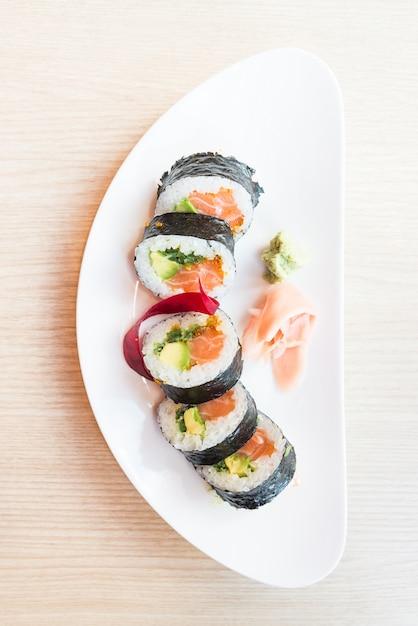 Vista de cima do rolo de sushi Foto gratuita