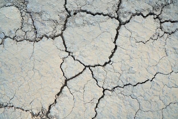 Vista de cima do solo dividido em grandes partes. conceito de textura rachada da seca. Foto gratuita