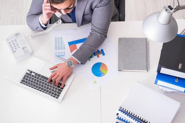 Vista de cima no empresário trabalhando em gráficos de negócios Foto Premium