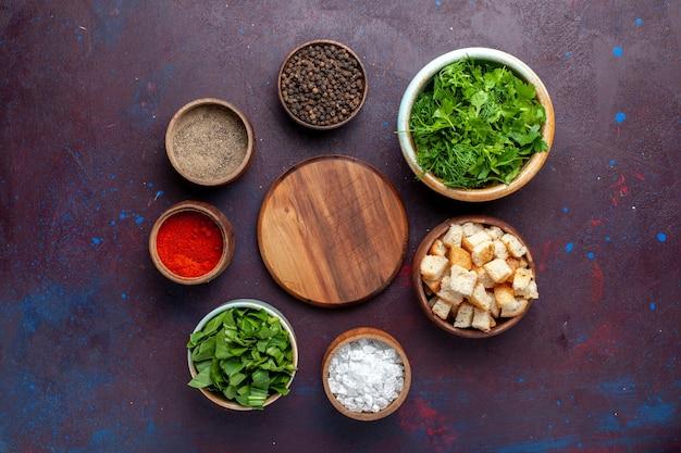 Vista de cima verduras frescas com tostas e temperos na mesa escura, sopa de comida verde Foto gratuita