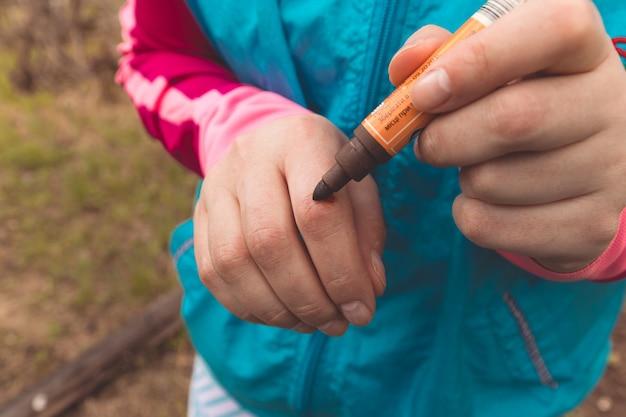 Vista, de, dedo, ligado, direita, mão humana, é, corte, machucar, e, sangramento, com, vermelho brilhante, sangue Foto Premium