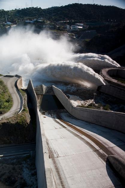 Vista de dois jatos poderosos da água na represa de alqueva, portugal. Foto Premium