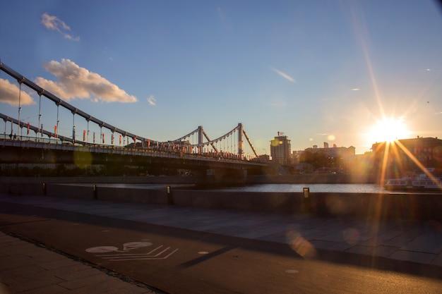 Vista, de, krymsky, ponte, através, a, moskva, rio, em, pôr do sol Foto Premium