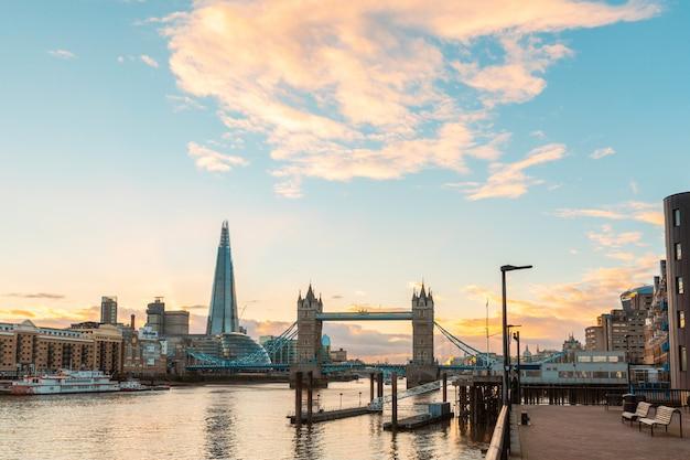 Vista de londres ao pôr do sol com a tower bridge e edifícios modernos Foto Premium