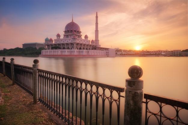 Vista de mesquita putra ao nascer do sol Foto Premium