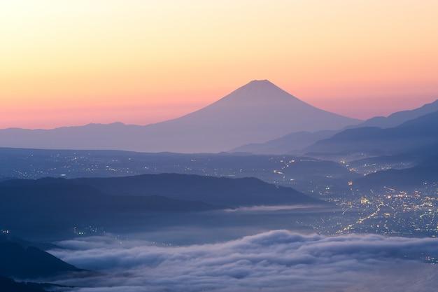 Vista, de, monte fuji, e, mar, de, névoa, acima, suwa, lago, em, manhã, de, takabochi, altiplano Foto Premium