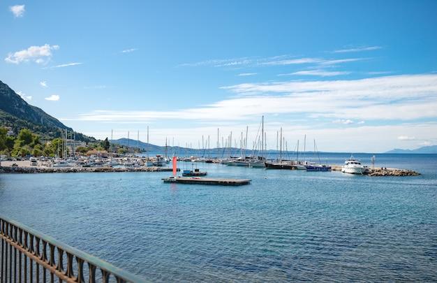 Vista de muitos iates brancos no mar jônico perto da ilha de corfu Foto Premium
