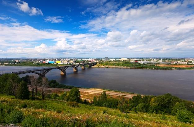 Vista de nizhny novgorod com ponte de molitovsky Foto gratuita