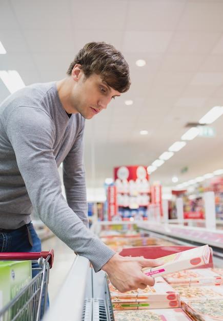 Vista de perfil de homem sério, comprando comida Foto Premium
