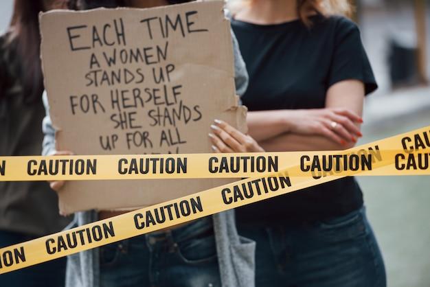 Vista de perto. grupo de mulheres feministas protestam por seus direitos ao ar livre Foto gratuita