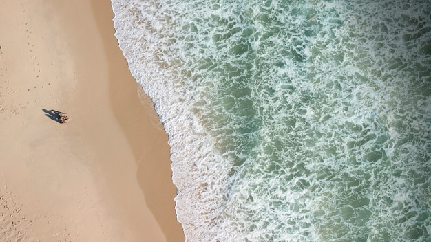 Vista, de, pessoas, ligado, litoral, e, espuma, ondas Foto gratuita