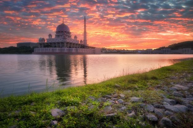 Vista de putra mosque ao nascer do sol, putrajaya, malásia Foto Premium
