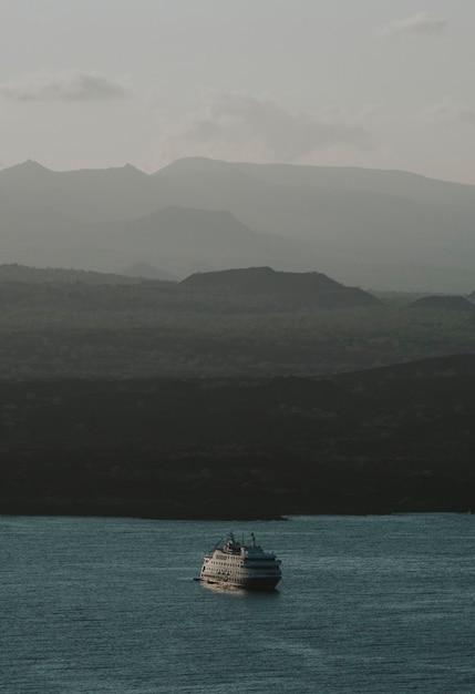 Vista de um barco navegando nas ilhas galápagos Foto gratuita