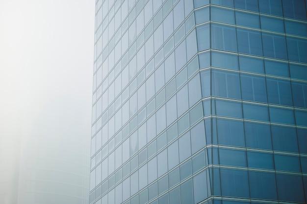 Vista de um edifício com grandes janelas de arranha-céus em um moderno centro de escritórios Foto Premium