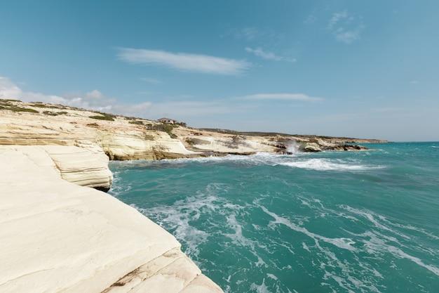 Vista de uma costa rochosa de manhã Foto Premium