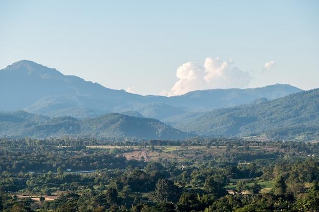 Vista de uma pequena cidade em uma planície no meio de um vale. Foto Premium