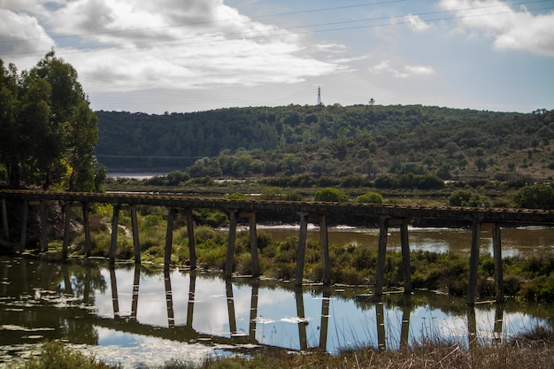 Vista de uma ponte da tubulação do transporte da água na região de portimao, portugal. Foto Premium