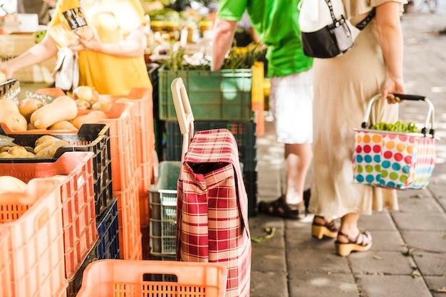 Vista, de, vegetal, e, fruta, mercado, em, cidade Foto gratuita