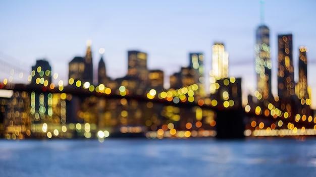 Vista desfocada do horizonte de nova york da ponte do brooklyn Foto Premium