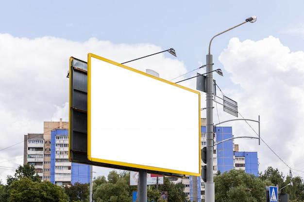 Vista diagonal do enorme outdoor vazio com copyspace na frente da construção de paisagem Foto Premium